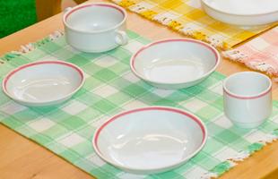 ピンク線の食器のイメージ
